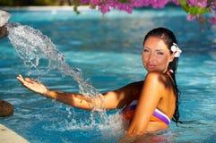 Frau im Swimmingpool Stockbild