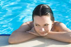 Frau im Swimmingpool stockfotografie