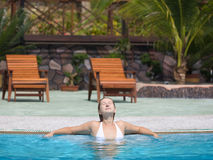 Frau im Swimmingpool Lizenzfreie Stockbilder