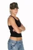 Frau im Tarnung-Hut mit den Armen gefaltet stockfotos