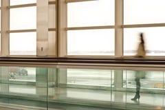Frau im Terminal Stockfotografie