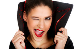 Frau im Teufelkostüm blinkt Auge Lizenzfreies Stockbild