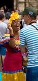 Frau im traditionellen Kostüm engagiert sich einen Touristen in Havana, Kuba stockfotografie