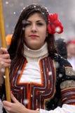 Frau im traditionellen Maskeradekostüm stockbilder
