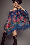Frau im traditionellen russischen Kleid Lizenzfreie Stockbilder