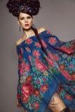 Frau im traditionellen russischen Kleid Lizenzfreie Stockfotografie