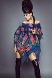 Frau im traditionellen russischen Kleid Stockbilder