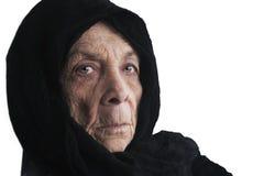 Frau im Umhang lizenzfreie stockbilder