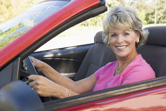 Frau im umwandelbaren Autolächeln Lizenzfreie Stockfotos