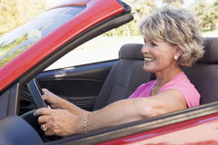 Frau im umwandelbaren Autolächeln Lizenzfreies Stockfoto