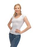 Frau im unbelegten weißen T-Shirt Stockfotos