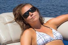 Frau im Urlaub auf einem Bootsporträt Stockfotografie