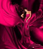 Frau im violetten Kleid mit dem langen Haar und den Herzen Stockbilder