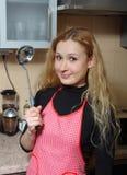 Frau im Vorfeld auf Küche Lizenzfreie Stockfotografie