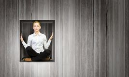 Frau im Würfel Lizenzfreie Stockfotos