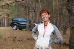Frau im Wald lizenzfreie stockbilder
