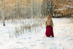 Frau im Wald an einem Wintertag Stockbild