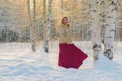Frau im Wald an einem Wintertag Lizenzfreies Stockbild