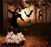 Frau im Wald mit nettem Kleid und Verfassung Stockfotografie