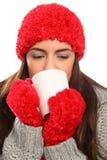 Frau im warmen festlichen wolligen Hut mit heißem Getränk Lizenzfreie Stockbilder