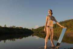 Frau im Wasser Stockbild