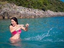 Frau im Wasser lizenzfreies stockfoto