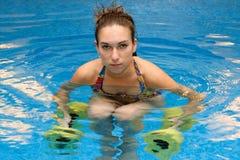 Frau im Wasser mit Dumbbells Lizenzfreie Stockfotografie