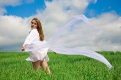 Frau im Weiß Stockbild