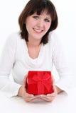 Frau im Weiß mit rotem Geschenk-Kasten stockbild
