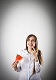 Frau im Weiß und in der Wassermelone lizenzfreies stockfoto