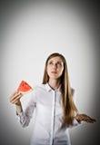 Frau im Weiß und in der Wassermelone lizenzfreie stockbilder