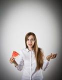 Frau im Weiß und in der Wassermelone stockfotografie