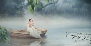 Frau im Weiß und im romantischen Platz Lizenzfreies Stockbild