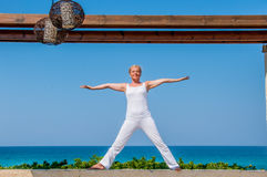 Frau im weißen übenden Yoga Lizenzfreies Stockbild