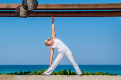 Frau im weißen übenden Yoga Stockfoto