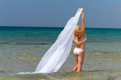 Frau im weißen Badeanzug und in der Feder im Meerwasser Lizenzfreies Stockfoto
