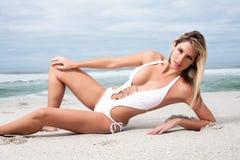 Frau im weißen Bikini stockfotos