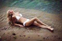 Frau im weißen Bikini Stockbild