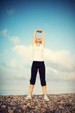 Frau im weißen Handelnyoga und im Sport trainiert Stockfotos