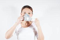 Frau im weißen Hemd mit Verschmutzungsmaske lizenzfreies stockbild