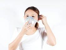 Frau im weißen Hemd mit Verschmutzungsmaske lizenzfreie stockfotos