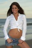 Frau im weißen Hemd und im Jean-Rock, die auf Gurt-Regelkreisen zerrt Stockfotos