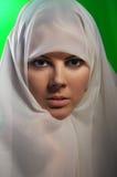 Frau im weißen hijab Lizenzfreies Stockfoto