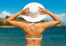 Frau im weißen Hut Stockfotografie