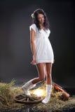 Frau im weißen Kleid Stockfotografie