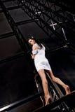 Frau im weißen Kleid Lizenzfreie Stockfotos