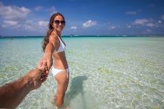 Frau im weißen Kleid in dem Meer auf Boracay-Insel, Philippinen Lizenzfreie Stockfotos