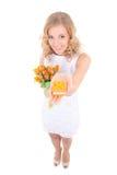 Frau im weißen Kleid mit Blumen und Geschenk Stockbilder