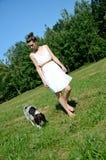 Frau im weißen Kleid mit Hund Stockbild