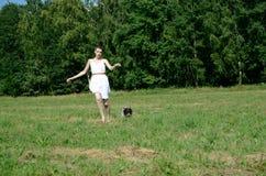 Frau im weißen Kleid mit Hund Lizenzfreies Stockfoto